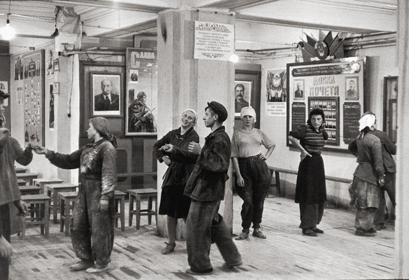 Танцы в столовой для рабочих