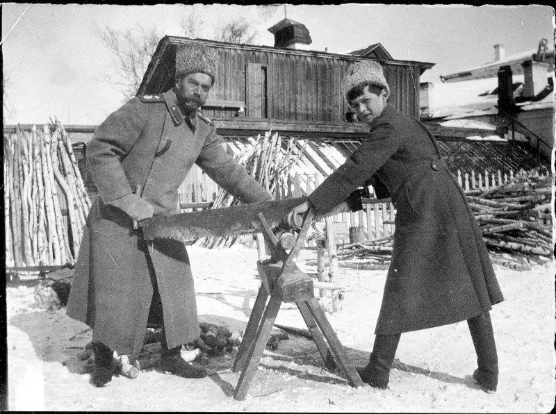 Николай II с наследником в ссылке пилят дрова