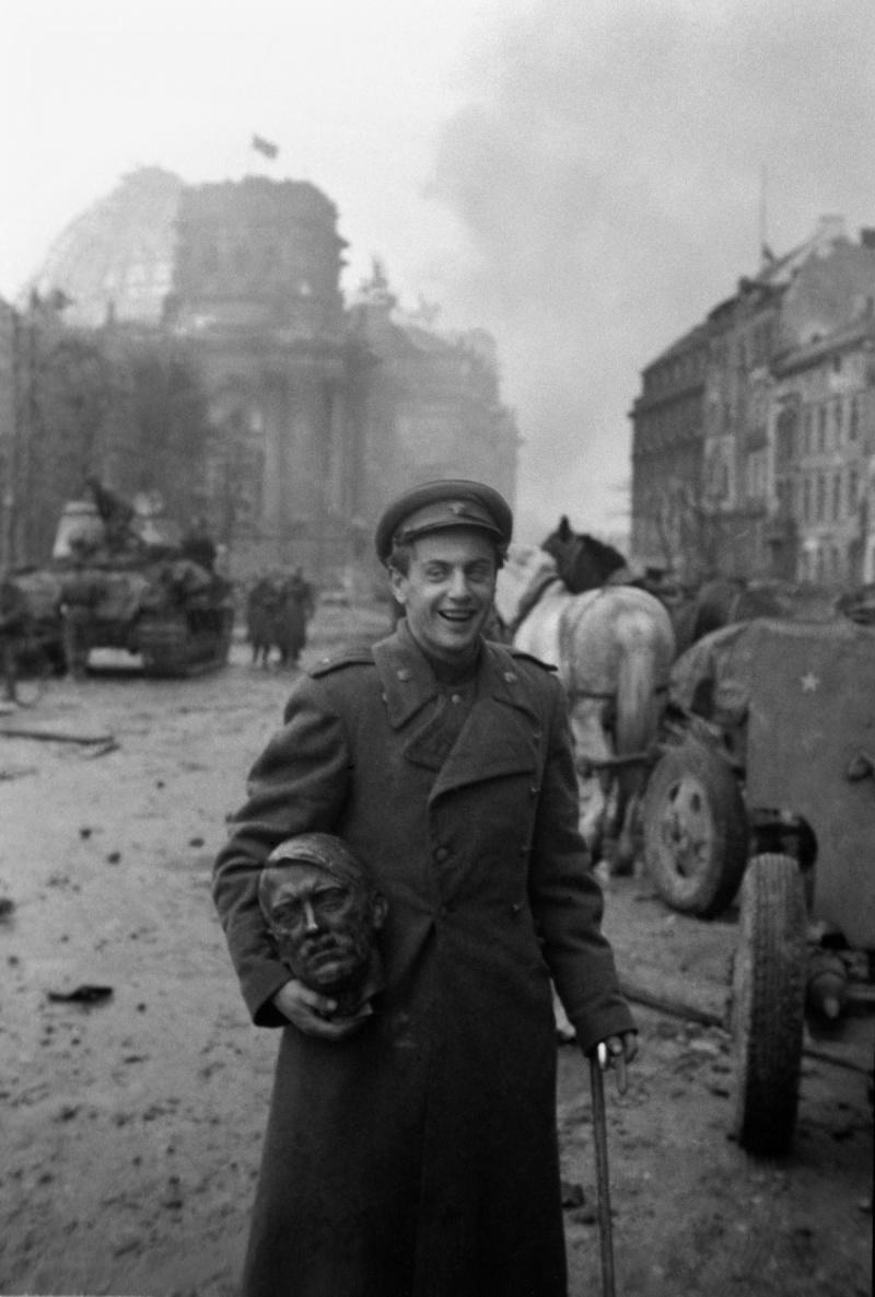 Поэт Евгений Долматовский в захваченном Берлине