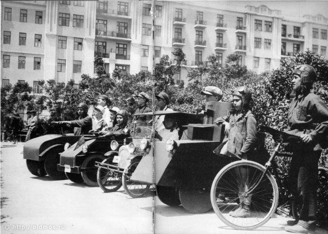 Дети на параде с самодельными машинами