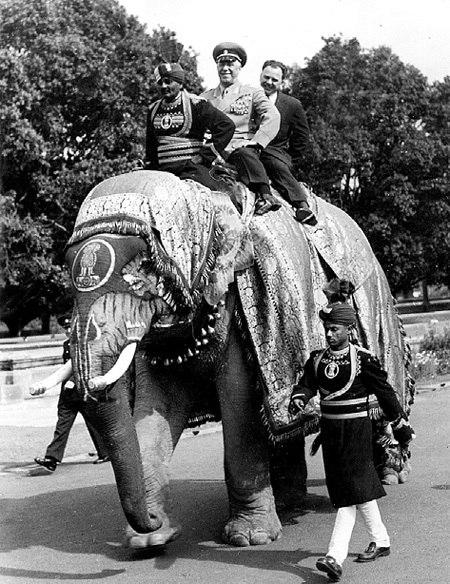 Маршал Жуков на слоне во время дипломатического визита в Индию