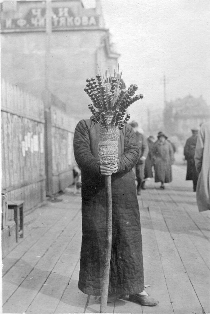 Китаец продает фейерверки во Владивостоке