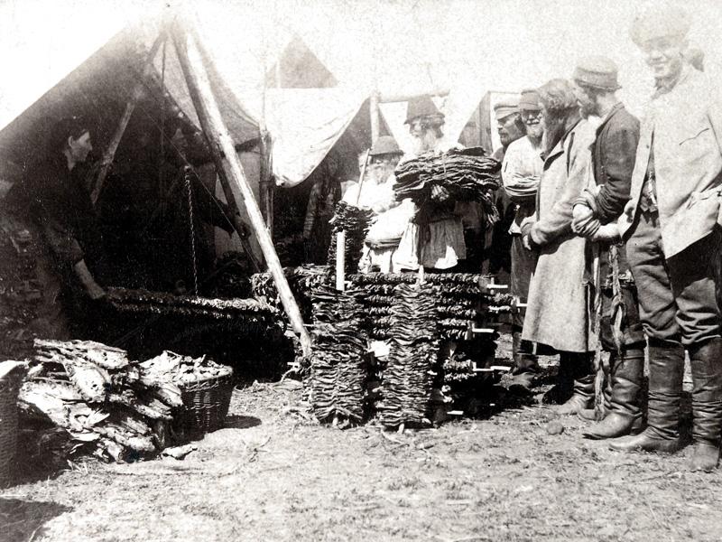 Торговля сушеной рыбой на ярмарке
