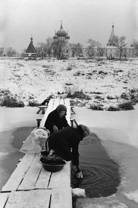 Стирка (полоскание) белья в замерзшей реке