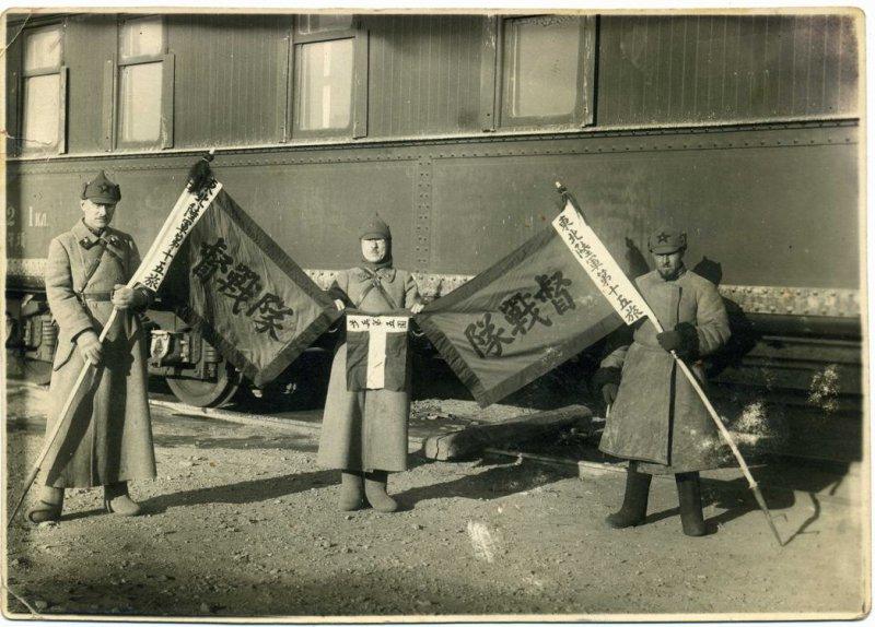 Бойцы Красной армии с захваченными Гоминьдановскими знамёнами
