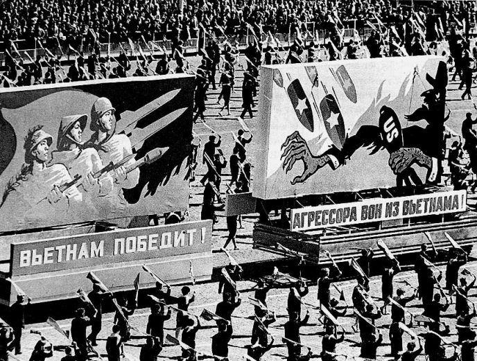 Антиамериканские плакаты на майском параде