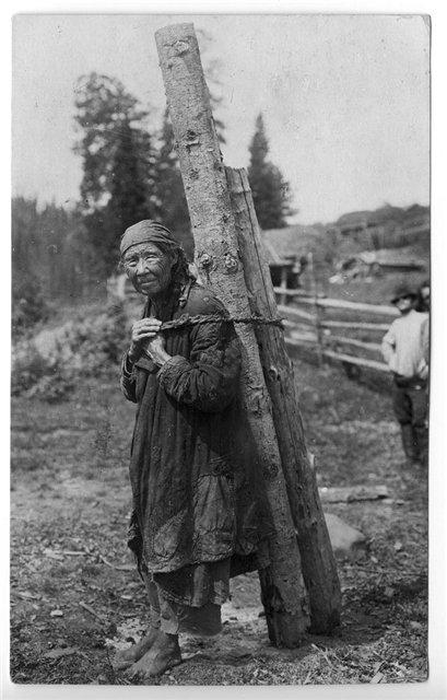 Старуха-шорка заготавливает дрова