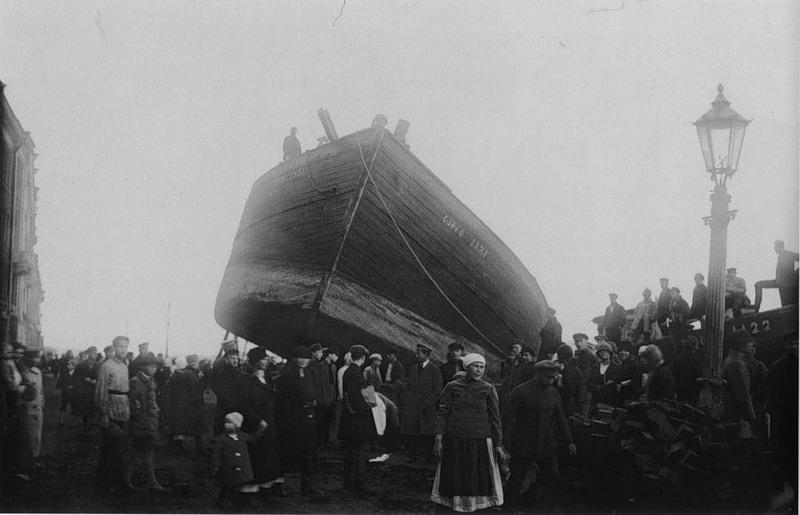 Выброшенная на набережную барка во время наводнения в Лениграде