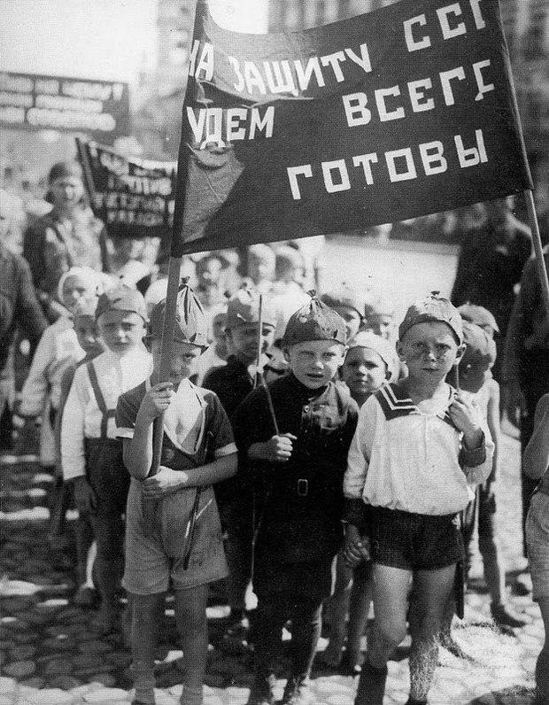 Дети на первомайской демонстрации