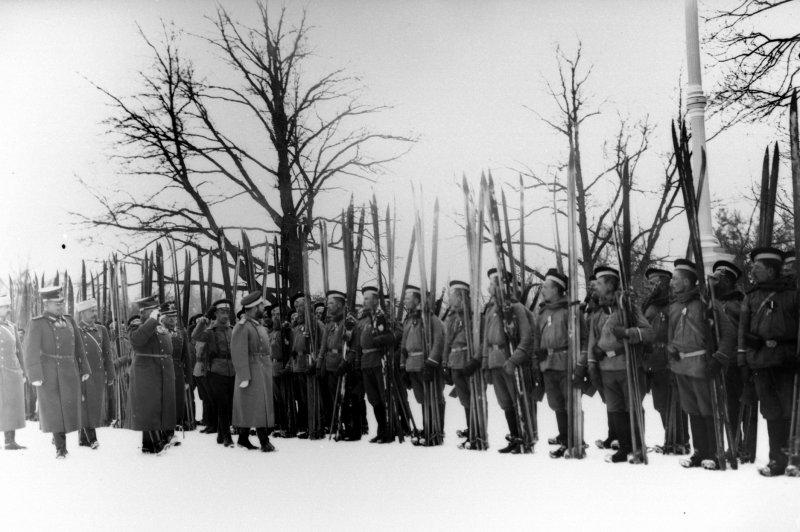 Император Николай II проводит смотр лыжников Лейб-гвардейского Измайловского полка