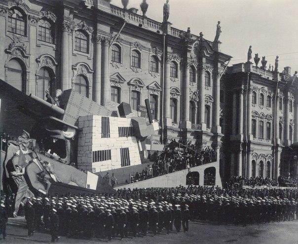 Колонны моряков проходят мимо трибун на площади Урицкого