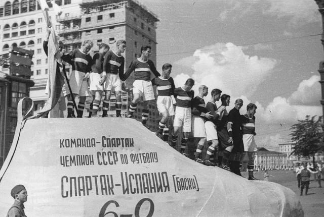 "Футболисты ""Спартака"" на параде физкультурников, 1937 г."