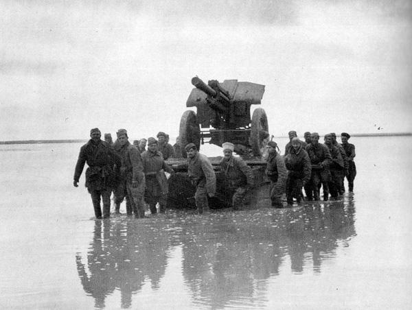Советские солдаты переправляют на понтоне гаубицу