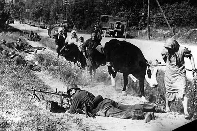 Советское население бежит, в то время как пехота обеспечивает продвижение немцев