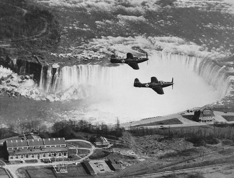 Пара истребителей с советскими звездами над Ниагарским водопадом