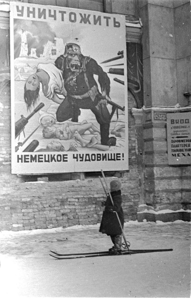 """Ребёнок у плаката """"Уничтожить немецкое чудовище"""""""