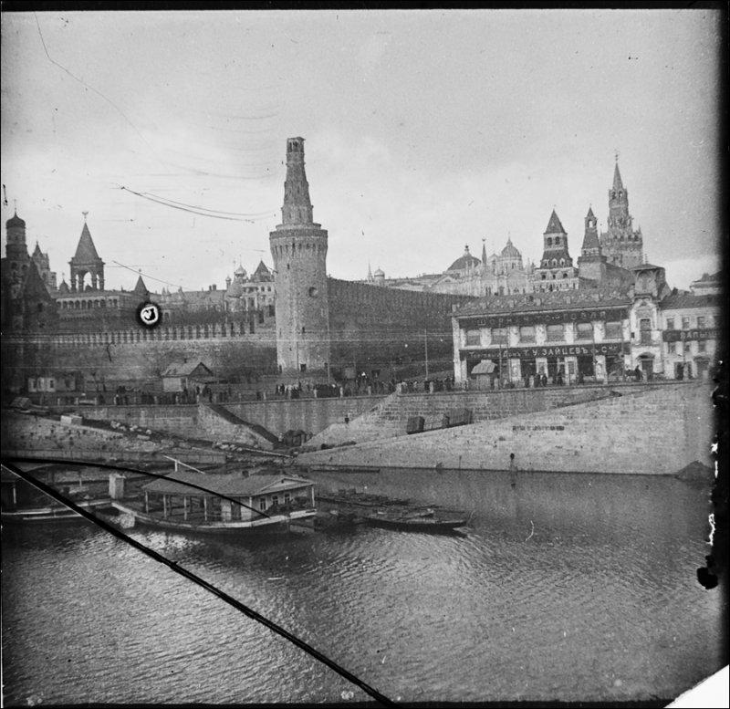 Поврежденный снарядом верх шатра одной из башен Кремля после штурма большевиков