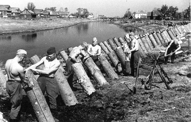 Солдаты сооружают противотанковые препятствия